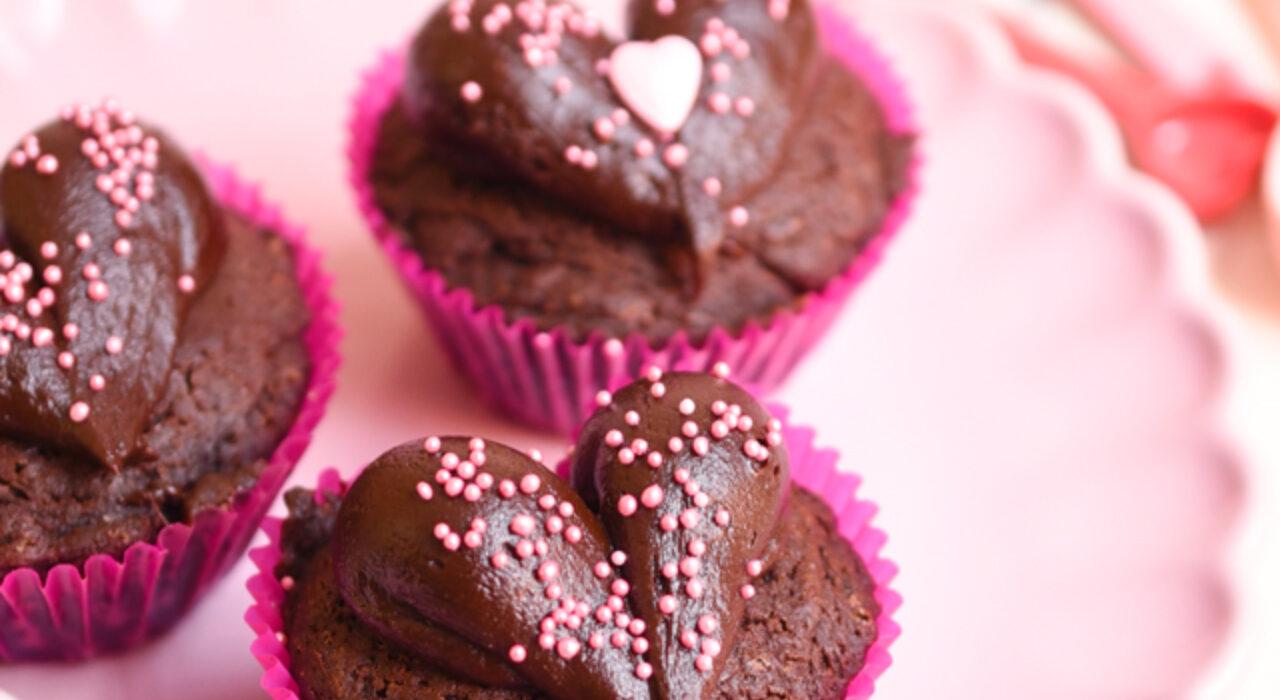 Cupcakes de brownie con frosting de chocolate (en forma de corazón!)