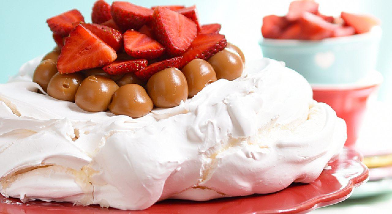 Pavlova con dulce de leche y fresas