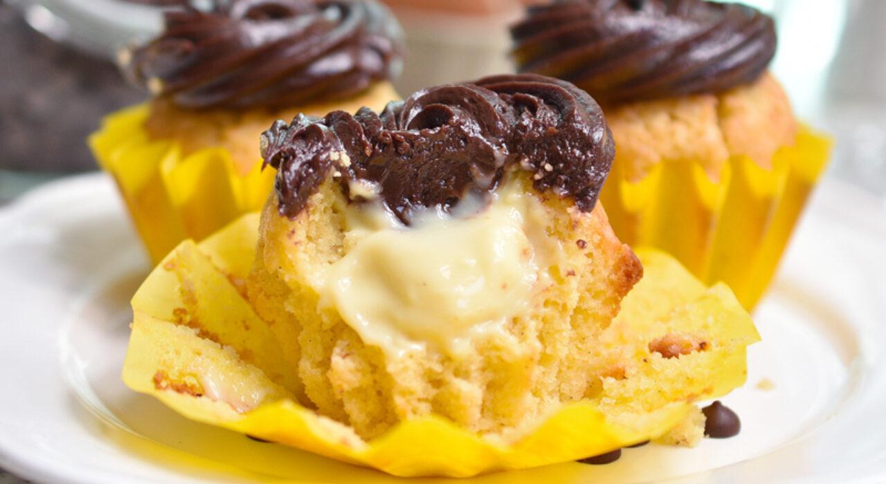 Cupcakes de Boston Cream (de vainilla, rellenos de crema pastelera, con frosting de chocolate)