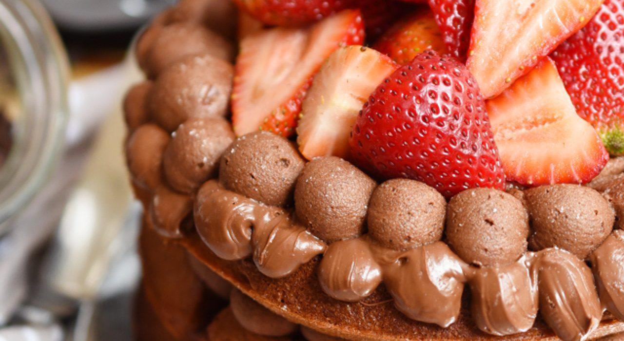 Torta de waffles de brownie y fresas