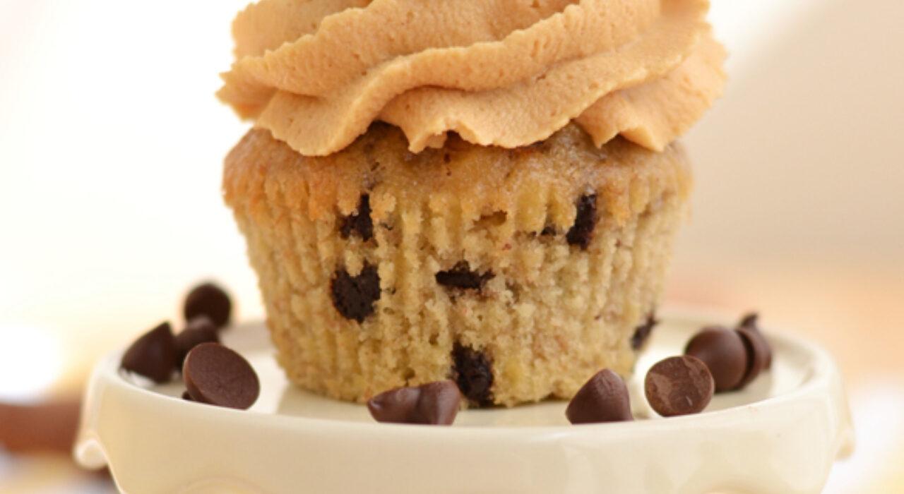 Cupcakes de banana y chips de chocolate con frosting de mantequilla de maní