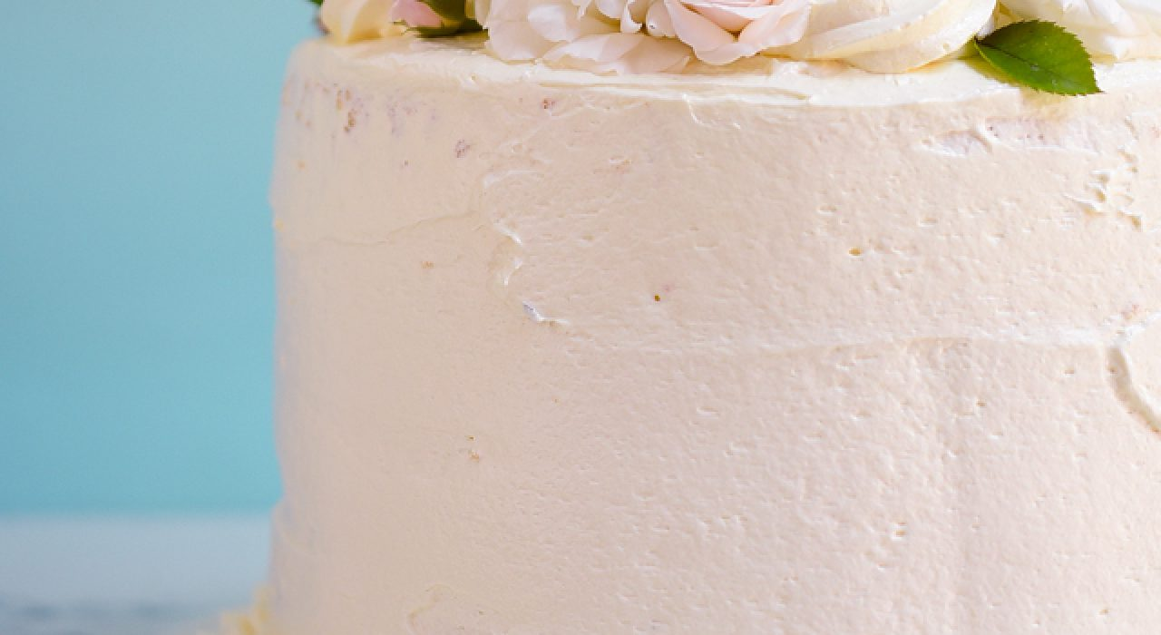 Torta de vainilla rellena con crema pastelera, fresas y melocotones