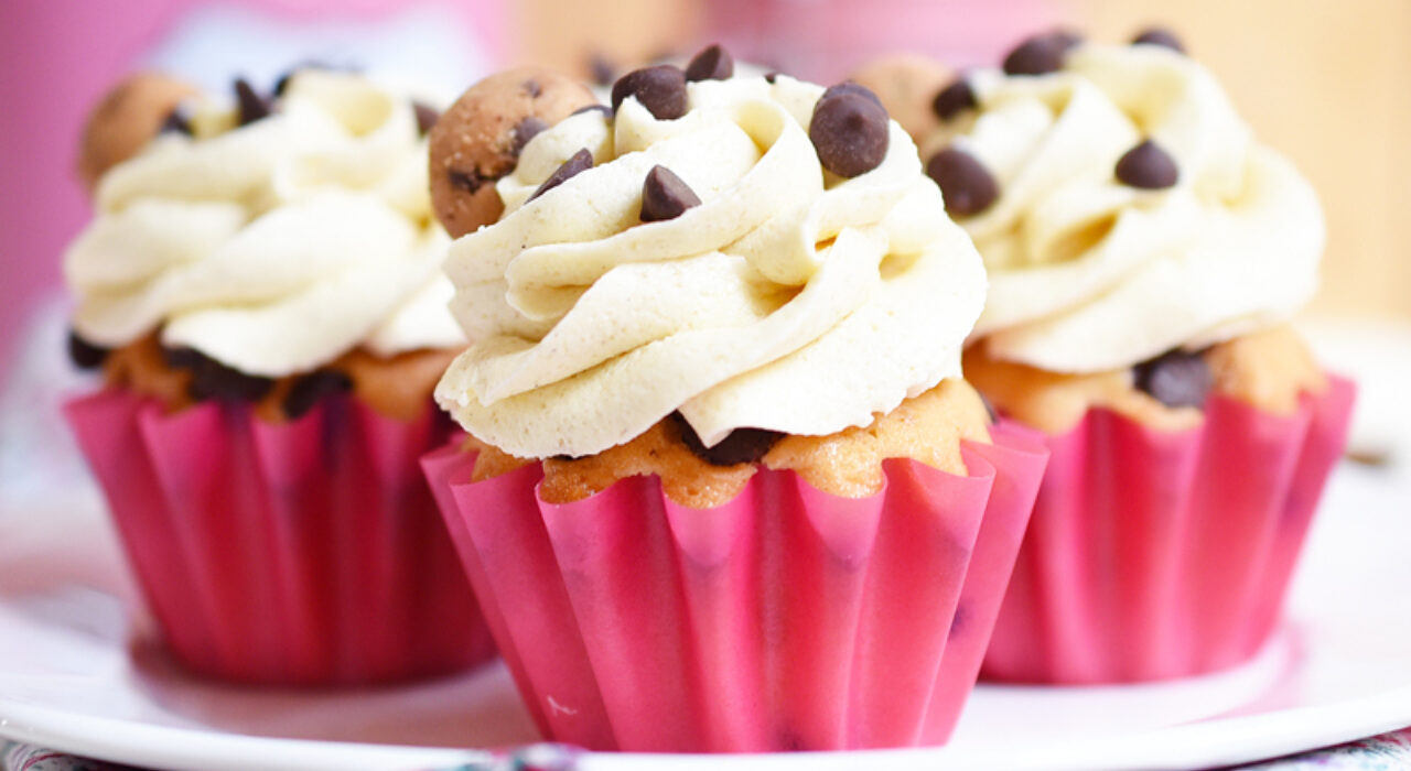 Cupcakes de chips de chocolate con frosting de cookie dough (masa de galletas)