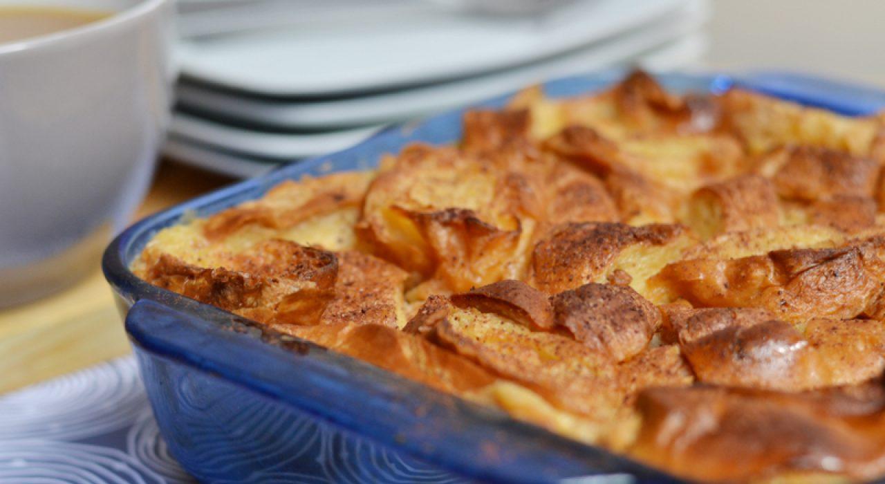 Torta de croissants con bananas Foster