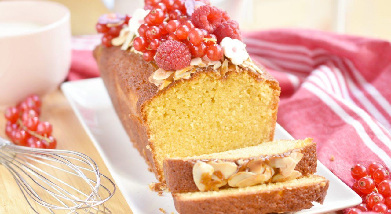 Torta o cake de vainilla con queso crema