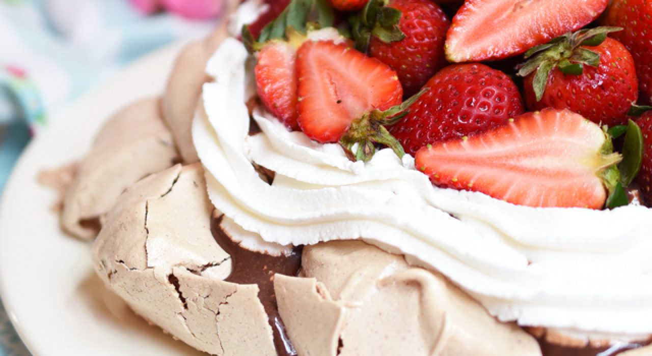 Pavlova de doble chocolate y fresas