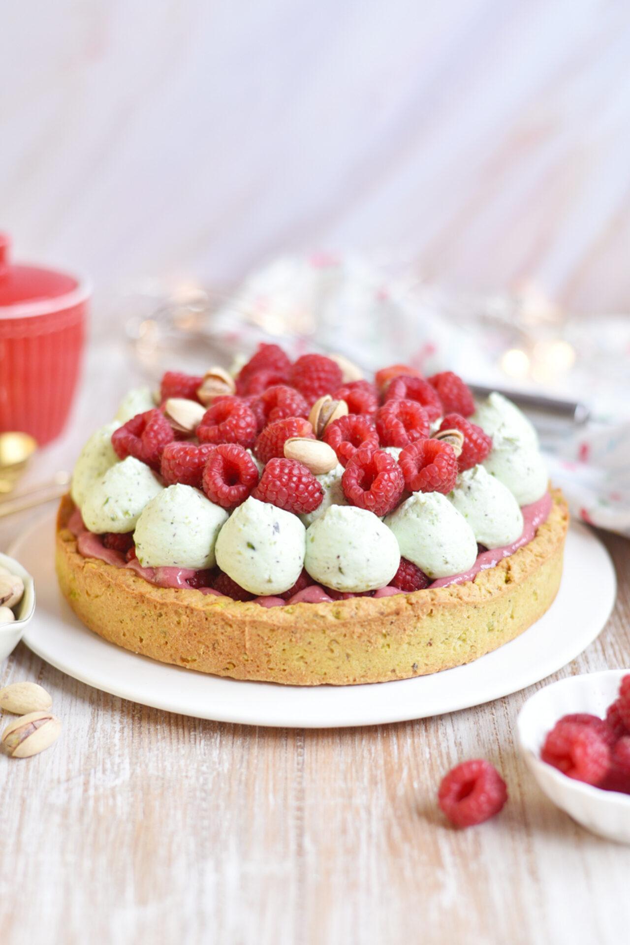 Tartaleta de pistachos rellena de crema pastelera de frambuesas y crema de pistachos
