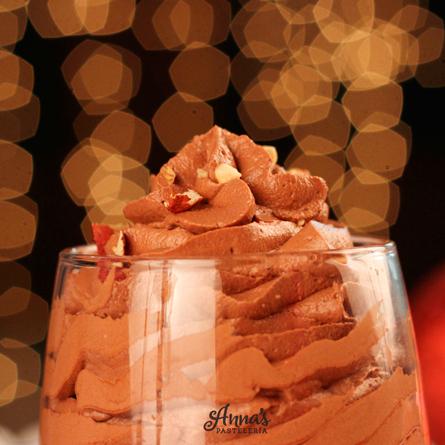 Mousse de Nutella súuuuuper fácil y rápido de hacer, sirve como postre individual o como relleno para tartas, tortas, pasteles o cualquier otro postre. Una receta súper práctica, pero sobre todo deliciosa del blog www.annaspasteleria.com