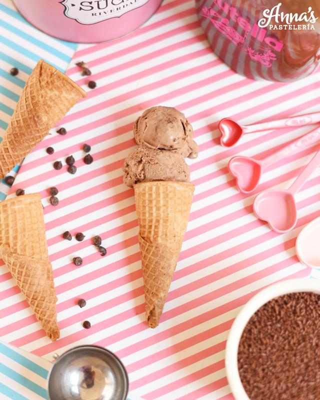 Receta de helado de Nutella con el bowl de KitchenAid!! también dan opción para hacer helado de chocolate si no tienes de Nutella, la receta es de Anaisa Lopez de Annas Pasteleria - Nutella ice cream with the KitchenAid mixer ice cream maker attachment from annaspasteleria.com