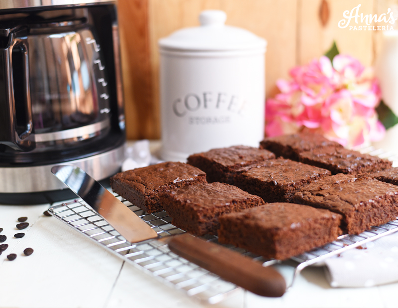 Brownies de café o mocha, esta receta de Anaisa Lopez de annas pasteleria ME ENCANTA! - Mocha brownies recipe from www.annaspasteleria.com