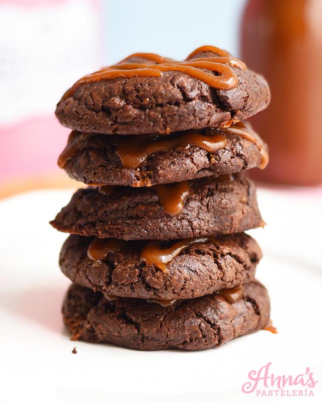 Galletas de chocolate rellenas de caramelo salado, una receta DELICIOSA de Anaisa Lopez de annas pasteleria - BEST chocolate salted caramel cookies from annaspasteleria.com
