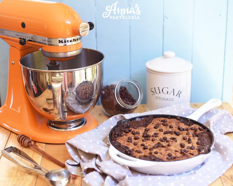 Pizookie o galleta de chocolate chips gigante con dulce de leche!, mejor que un brownie :O la receta es de Anaisa Lopez del blog annas pasteleria - Dulce de leche pizookie recipe from annaspasteleria.com