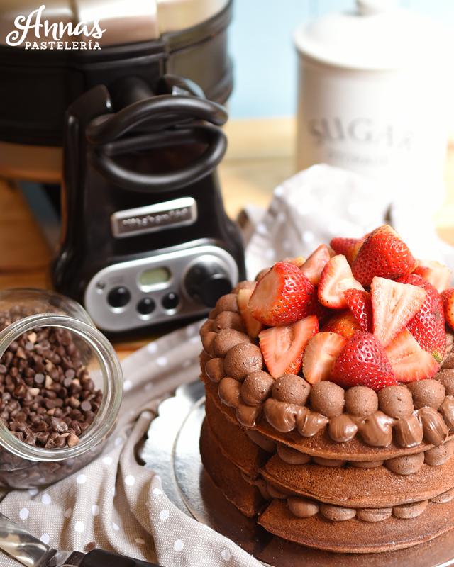 Torta hecha con waffles de brownie, rellena con buttercream de chocolate y fresas! una receta rápida para cuando se quiere una torta y no hay mucho tiempo del blog de Anaisa Lopez, annas pastelería - Waffle cake with chocolate buttercream and strawberries from annaspasteleria.com