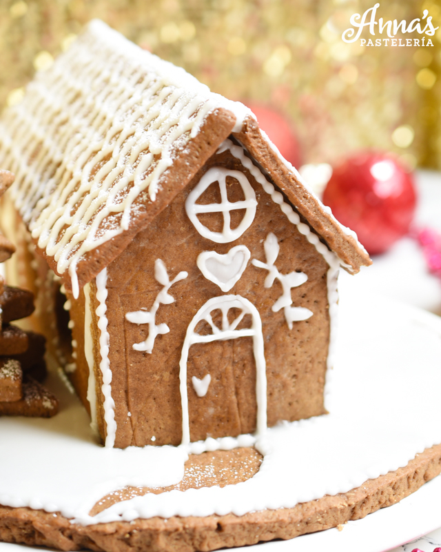 Receta de casa de jengibre preciosa y deliciosa por Anaisa Lopez en Anna's Pasteleria - the cutest gingerbread house recipe from annaspasteleria.com