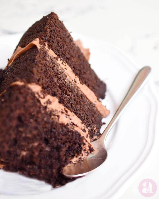Torta de chocolate con buttercream de chocolate deliciosa y completamente libre de gluten! la receta está hecha a base de quinoa y es deliciosa, es de Anaísa Lopez del blog annaspasteleria. Best gluten free chocolate cake recipe ever from annaspasteleria.com