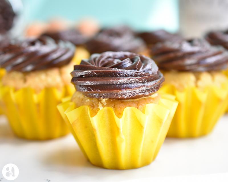 Cupcakes de boston cream: un cupcake de vainilla delicioso relleno de crema pastelera y cubierto con frosting de chocolate y dulce de leche! una receta ideal de Anaisa Lopez de annas pasteleria - Boston cream cupcakes by annaspasteleria.com