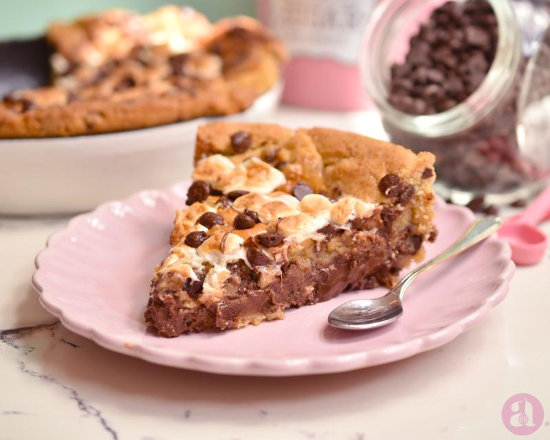 Pizookie de S'mores: una receta INCREÍBLE y llena de chocolate, deliciosa! es de Anaisa Lopez del blog Annas Pasteleria - S'mores pizookie recipe from annaspasteleria.com