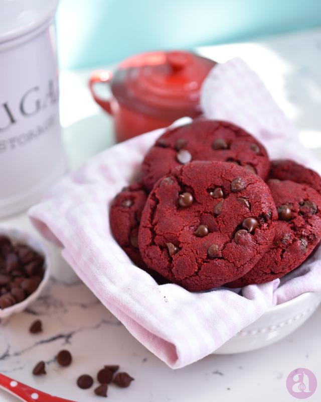 Las mejores galletas de red velvet del mundo! una receta deliciosa de Anaisa Lopez del blog Annas Pasteleria - Best red velvet chocolate chip cookies recipe EVER from annaspasteleria.com