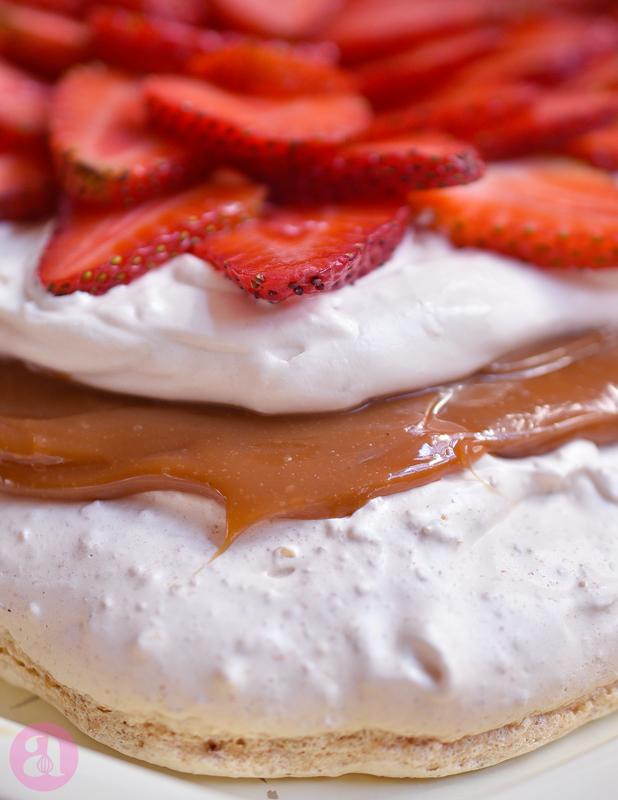 Pavlova de almendras, dulce de leche y fresa. Una receta deliciosa de Anaisa Lopez del blog Annas Pasteleria - Best almond pavlova recipe ever from annaspasteleria.com