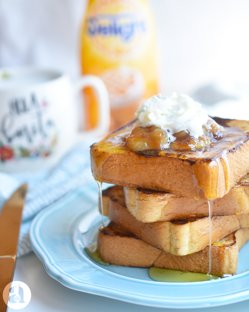 La mejor receta de tostadas francesas con topping de bananas caramelizadas, una receta deliciosa de Anaisa Lopez del blog Anna's Pasteleria - Best french toast recipe ever with caramelized bananas from annaspasteleria.com #ad #springcoffee @indelight @target